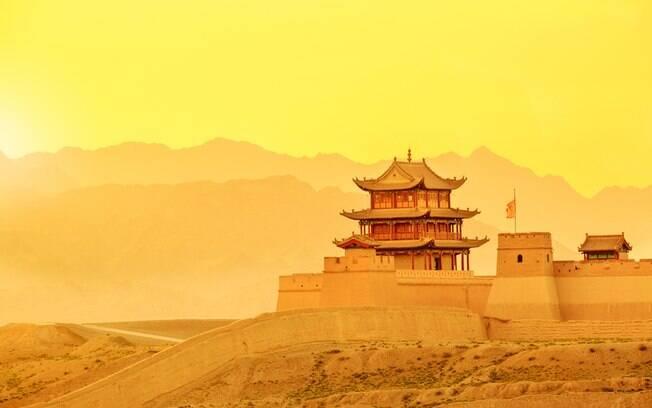 Procurando o que fazer na China? O Forte Jiayuguan, porta de entrada para a Rota da Seda, é um bom ponto de começo