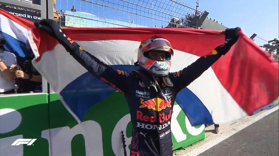 Verstappen comemora após vencer GP da Holanda