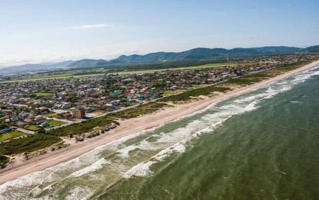 De acordo com novas orientações, as praias só estão livres para pesca e esportes aquáticos, sendo proibida a permanência na areia
