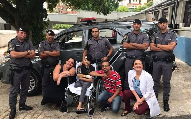 Acompanhado por uma médica e por seus pais, o garoto guerreiro tirou fotos ao lado dos policiais de ROTA