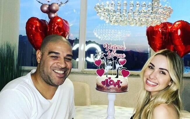 Adriano terminou noivado e está solteiro novamente