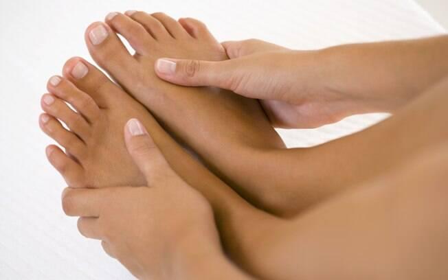 Para usar sandálias sem fazer feio no verão, aprenda a cuidar direto dos pés