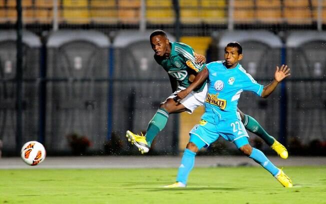 Patrick Vieira arrisca chute para o gol
