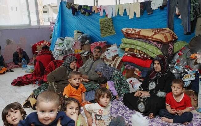 Refugiados sírios são abrigados em prédio da cidade turca de Reyhanli, perto da fronteira com a Síria (12/05)