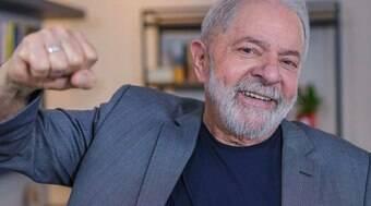Lula cria perfil e cita trajetória como torneiro mecânico e político