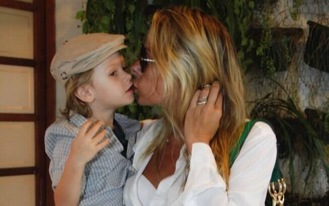 Adriane Galisteu dá beijinho em Vittorio em festa