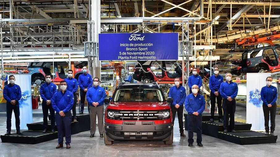Funcionários da fábrica de Hermosillo posam ao lado do Bronco; complexo mexicano pode receber produção do novo EcoSport