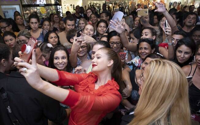 Marina tira fotos com os fãs em evento no Rio