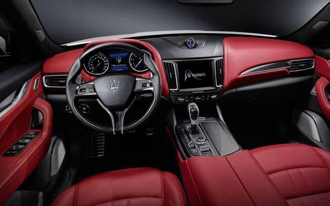 A pegada do Maserati Levante é esportiva, só que sem deixar o luxo de lado. Tem até madeira ébano