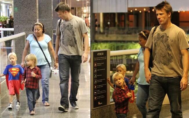 Rodrigo Hilbert passeia com os gêmeos, João e Francisco, em shopping no Rio