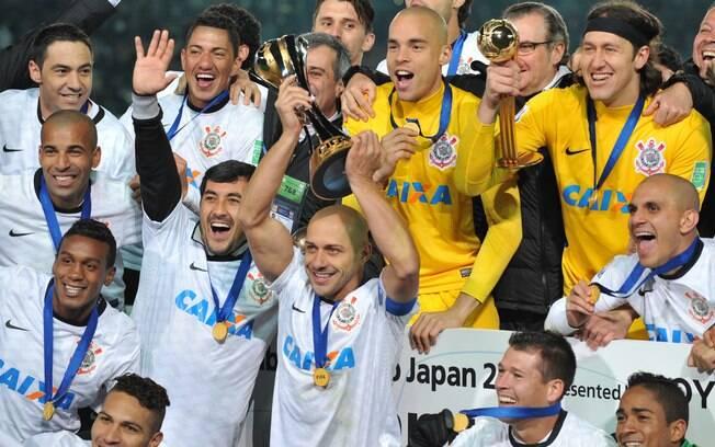 Alessandro, capitão do Corinthians, ergue a taça do Mundial de Clubes, ao lado de seus companheiros