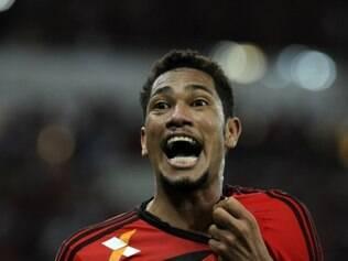 Hernane marcou quatro dos cinco gols do Flamengo na vitória sobre o Macaé
