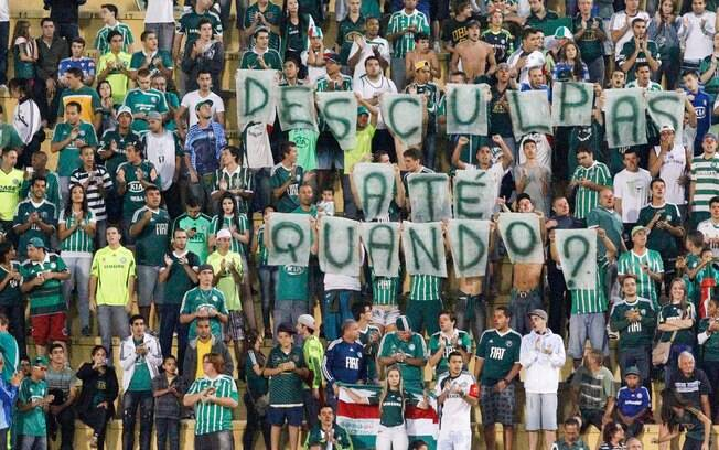 Torcedores do Palmeiras protestam contra má  fase do time na partida contra o Linense, no  Pacaembu
