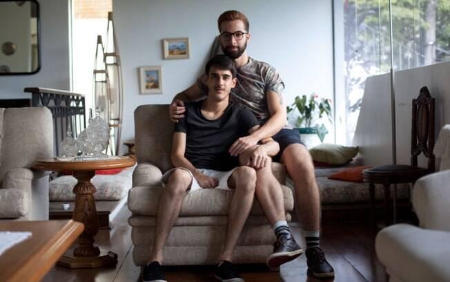 Para a surpresa do casal, o avô do publicitário Rodrigo Turra reagiu bem a presença do namorado dele, o VJ André Pimenta, na festa de Natal da família