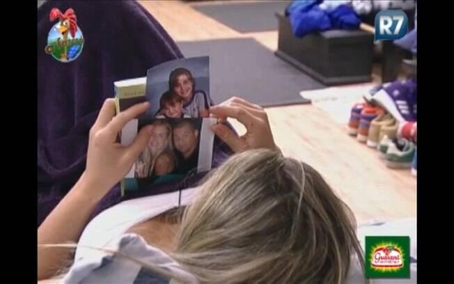 Joana Machado vê foto dos filhos e do namorado