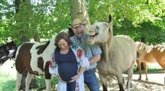 Cavalo sorri para a foto durante ensaio em família
