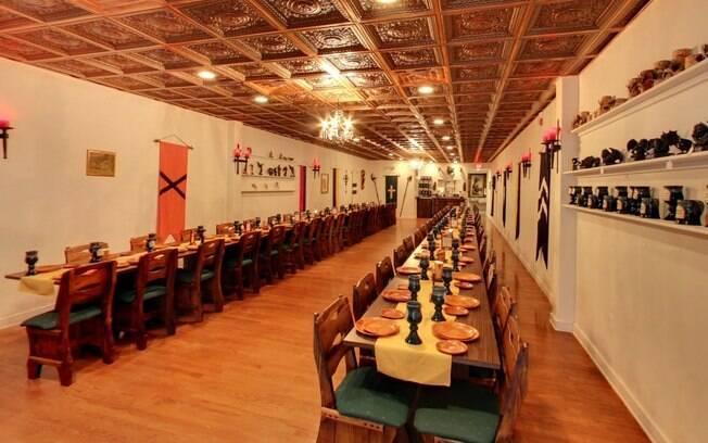 Interior de um restaurante medieval de Virginia (EUA) já fotografado pelo Google Street View