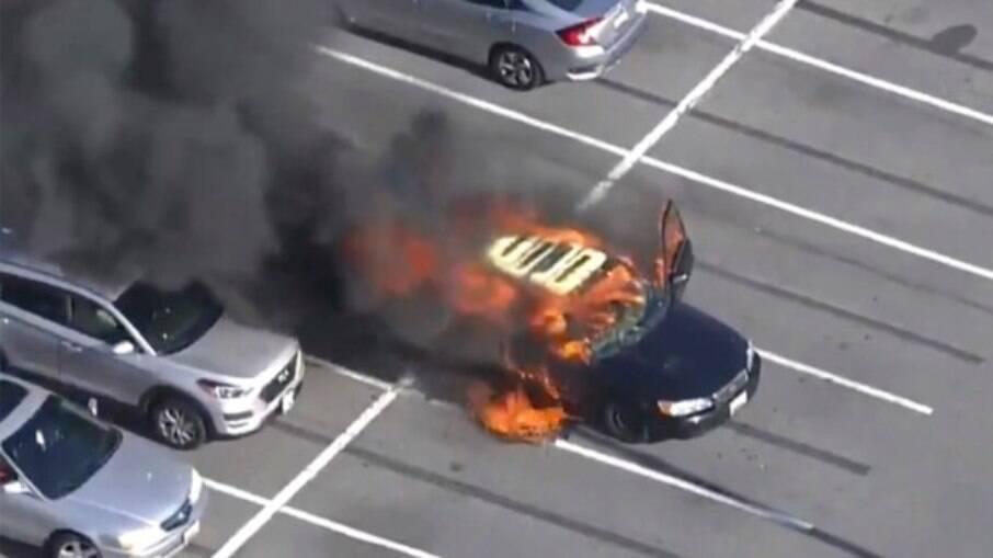 Carro pega fogo após motorista usar álcool para limpar as mãos enquanto fumanva