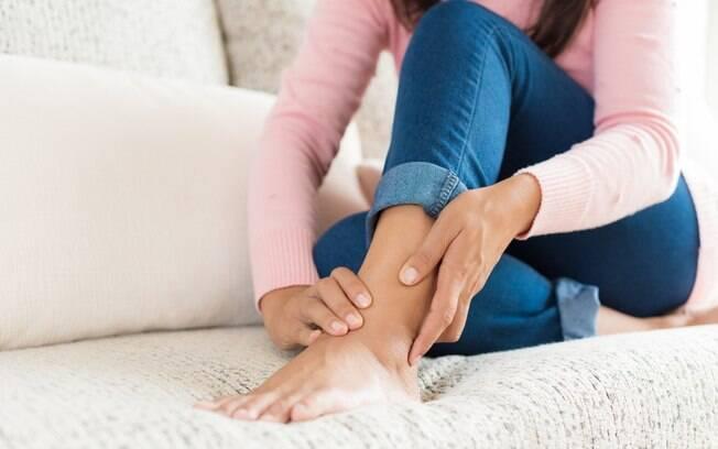 A síndrome do túnel do tarso causa dores o pé e no calcanhar e tem tratamento, mas algumas cuidados ajudam na prevenção