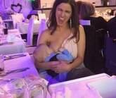 Foto de mulher amamentando em casamento vira hit