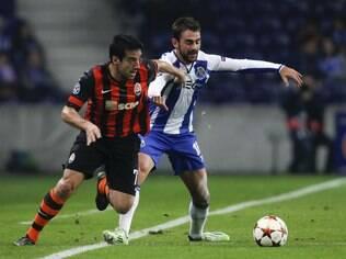 O espanhol Adrian López e o brasileiro Ilsinho disputam a bola no jogo entre Porto e Shakhtar