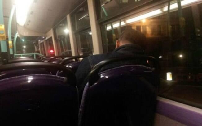 Ahmed aproveita as longas rotas noturnas dos ônibus de Londres para descansar