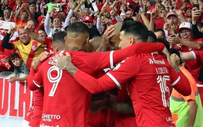 Internacional vence e avança na Libertadores