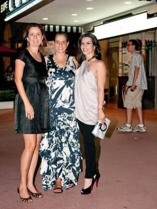Cleo Pires posa ao lado de Viviane Spinelli e Adriana Dutra, as organizadoras do evento