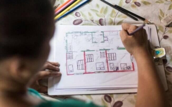 Flávia Fonseca dos Santos, participante da segunda edição do projeto, com planta da casa que ela mesma desenhou