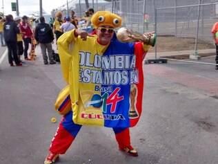 O famoso torcedor colombiano se identifica como Pulpito (pequeno polvo) e chama a atenção por onde passa no Mineirão