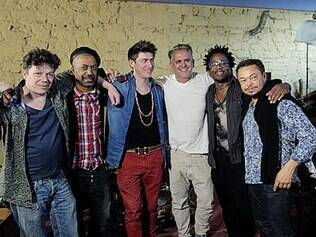Orlando Morais (de branco) recebe músicos de todo o mundo