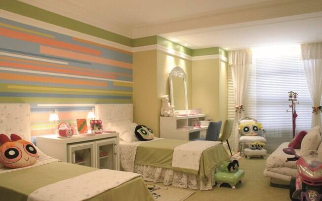 Mesmo usando temática do universo das meninas, a decoração deste quarto projetado por Angela Tasca fugiu dos tons de rosa sem perder em delicadeza