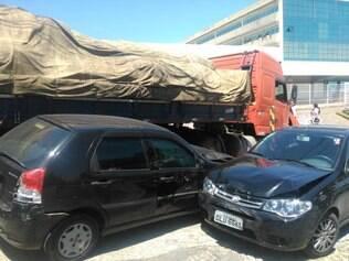 Carreta atingiu quatro veículos que estavam estacionados no local