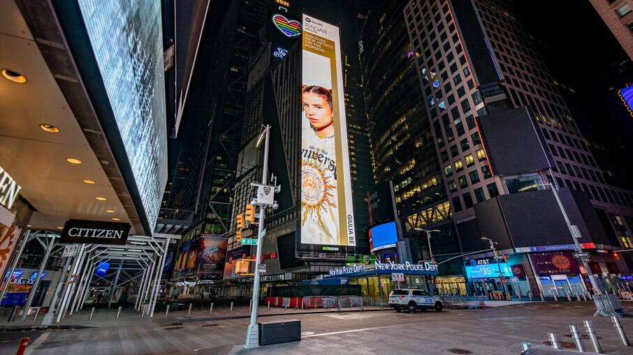 Giulia Be aparece em telão da Times Square em Nova York