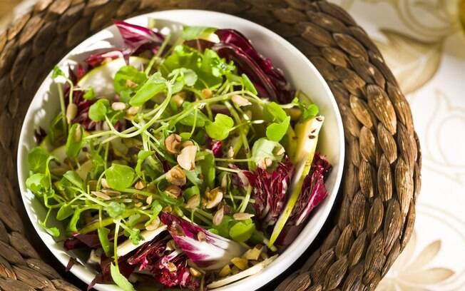 Foto da receita Salada verde com peras e cobertura crocante pronta.