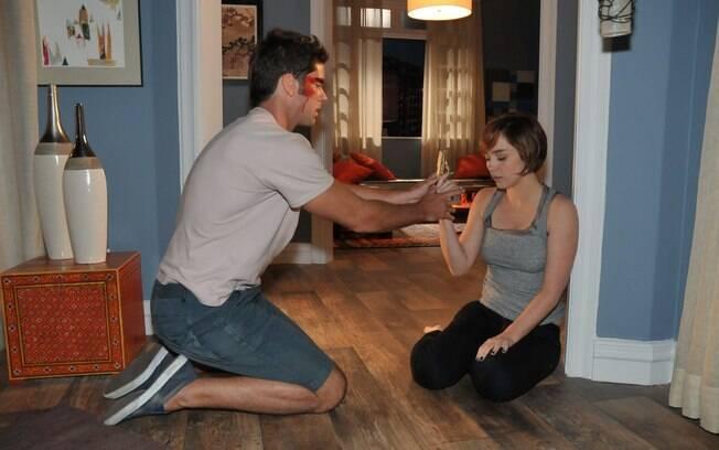 Lucas tenta convencer a namorada a largar a arma