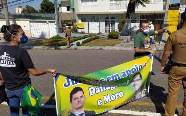 Manifestantes a favor de Moro exibiram faixas de apoio em frente a Superintendência da PF