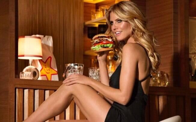 Sempre sensual, Heidi Klum compartilhou clique em que aparece com o seio de fora. Imagem é para revista de moda