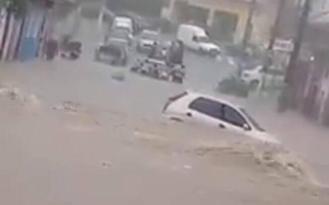 Chuva arrastou carro para dentro de um córrego no Capão Redondo, zona sul de São Paulo