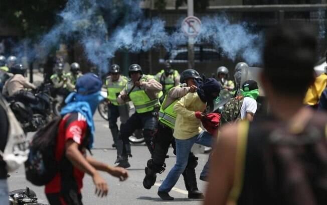Crise econômica-política-social na Venezuela se agravou a ponto de milhares de venezuelanos atravessarem  fronteira