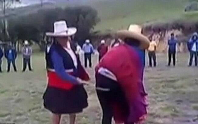 Mulher recebeu punição de uma anciã da vila