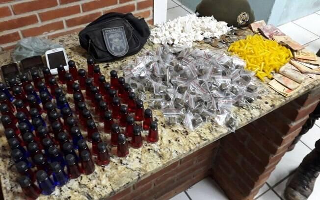 Apreensão de drogas, dinheiro e celulares feitas pelo COE na favela Savoy