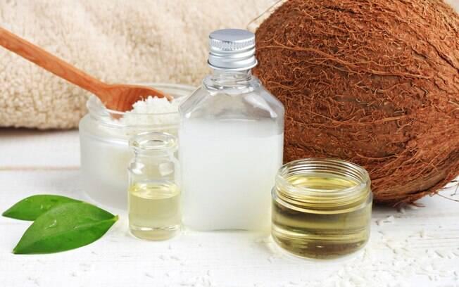 O óleo de coco pode ser usado como reparador natural e, também, é alternativa para crescer cabelos e unhas