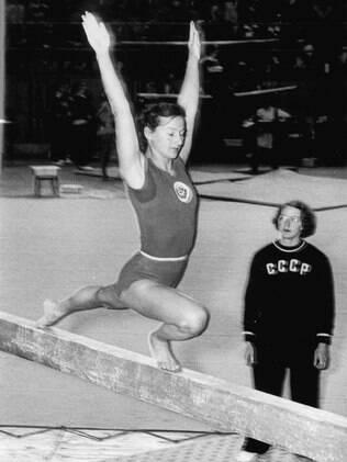A ginasta russa Marie Gorokhoyskaja compete na trave. Ela foi a campeã no individual geral