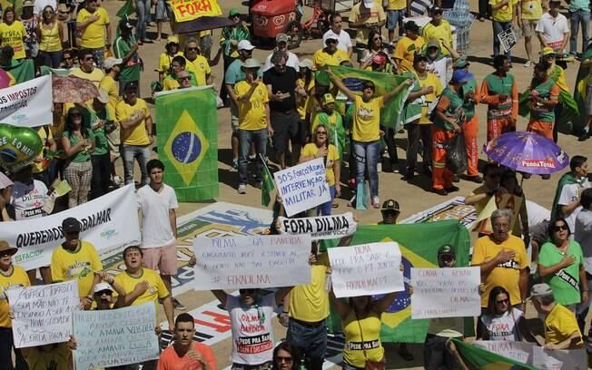 Apesar do sol forte, os manifestantes aderiram ao protesto deste domingo (12) em Brasília