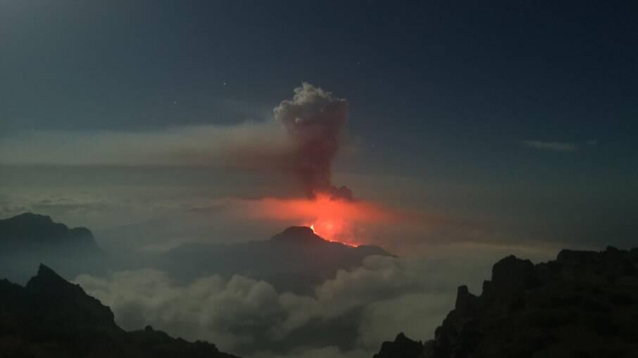 Erupção de vulcão Cumbre Vieja pode durar entre 24 e 84 dias, alega projeção
