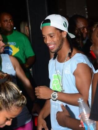 Ronaldinho Gaúcho se diverte em seu camarote em Salvador