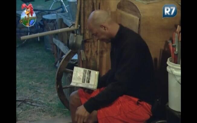 Dinei lê o manual do Fazendeiro nesta quarta-feira (07)