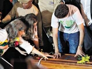 Despedida. Depois de 14 horas ininterruptas de cerimônias, corpo de Eduardo Campos foi enterrado ontem, no início da noite, com homenagens da mulher e dos filhos
