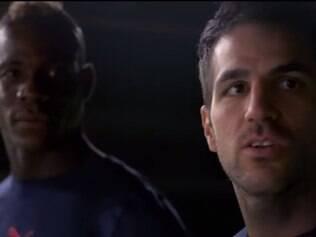 Fàbregas e Balotelli disputam para ver quem ganha na briga entre potência x precisão